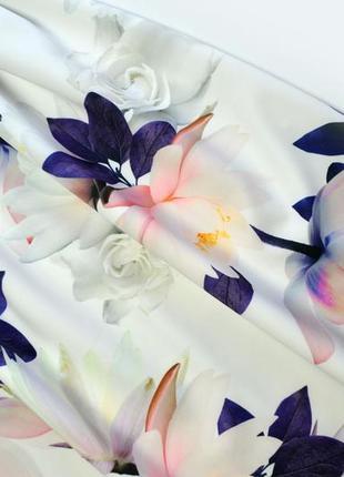 Плотное белое платье в цветы миди4 фото