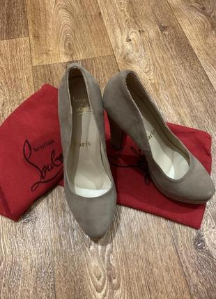 Бежевые туфли christian louboutin