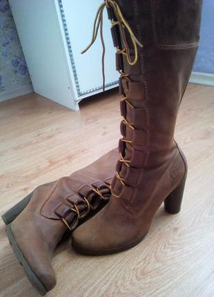 Стильные кожаные сапоги на шнуровке timberland