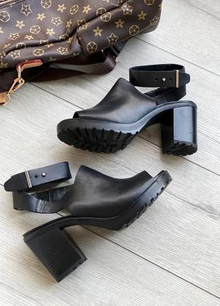 Черные кожаные босоножки  на толстом каблуке zara
