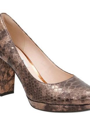 Оригинальные золотистые туфли змеиный принт clarks