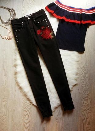 Черные плотные джинсы скинни с необработанным краем бахромой красной цветочной вышивкой