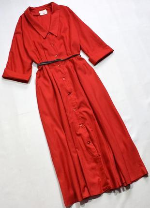 Червоне довге плаття з гудзиками, пісочний силует