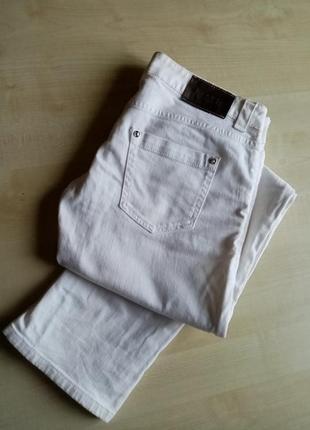 Коттоновые белые джинсы.