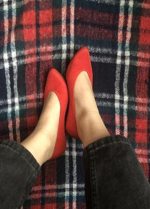 Красные туфли на низком каблуке