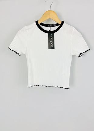 Стильный качественный белый топ футболка в рубчик с черными краями boohoo