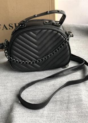 Новая чёрная сумка кроссбоди с красной подкладкой
