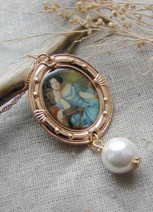 Стильный кулон с картиной в стиле гуччи подвеска с девушкой в синем платье. цвет золото