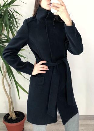 Темно синее пальто под пояс