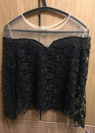 Кружевная чёрная блузка с открытыми плечами с вырезом