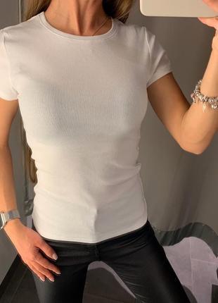 Базовая белая футболка в рубчик amisu есть размеры