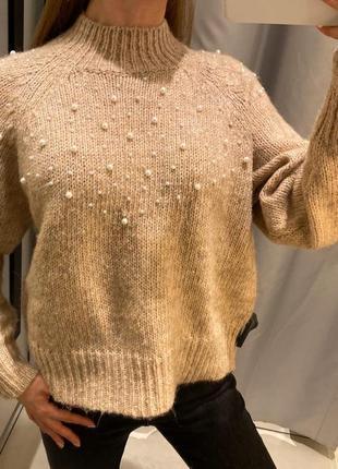 Бежевый свитер с жемчугом пуловер reserved