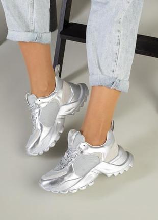 Женские серебряные кроссовки на массивной подошве