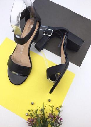 Женские босоножки на толстом каблуке с ремешком на щиколотке