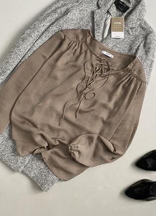 Роскошная блуза со шнуровкой и объемными рукавами mango