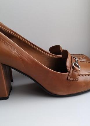 Туфли лоферы на каблуках