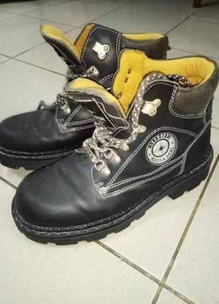 Крепкие мужские ботинки.