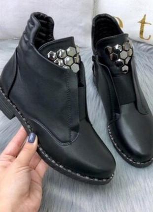 Срочно продам! очень крутые деми ботиночки !