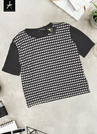 Черно-белая футболка спереди в стеку atmosphere