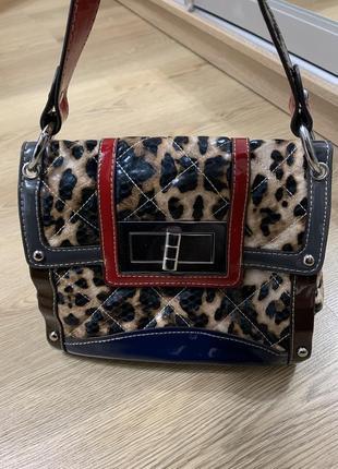 Классная лаковая сумочка в тигровый принт