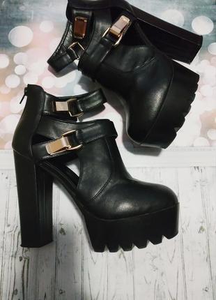 Ботинки на высоком каблуке с ремешком и золотистыми пряжками