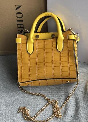 Яркая маленькая  желтая сумка кросс-боди