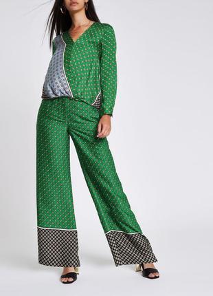 Зелені брюки з принтом і кишенями