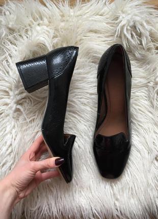 Новые натур. кожаные лаковые туфли лоферы на толстом трапециевидном каблуке рептилия
