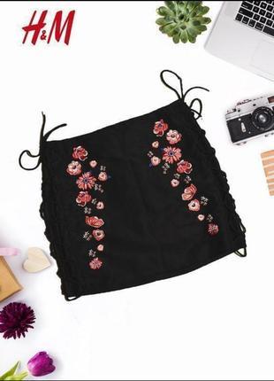 Стильная юбка под замш с цветочной вышивкой
