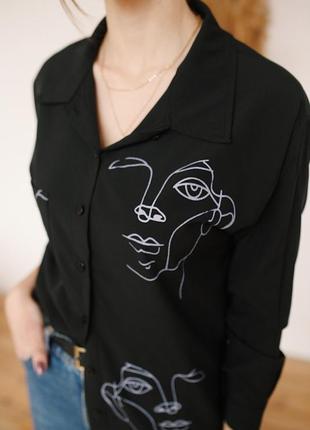 Чёрная блузка с актуальным принтом🌸3 фото