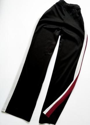Очень стильные штаны клеш спортивного стиля с лампасами на высокой посадке от primark