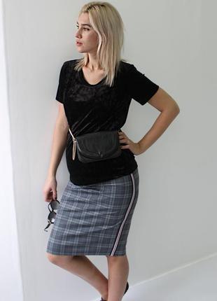 Клетчатая трикотажная юбочка  с лампасами. длина до колена