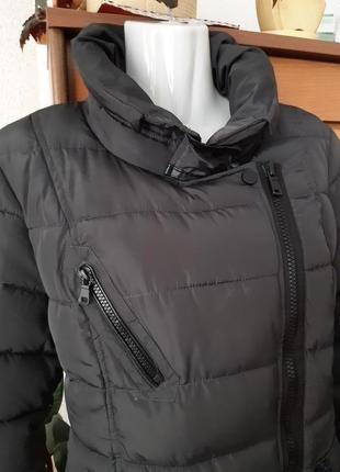 Стильная куртка с косой застежкой, интересные детали, цвет графит