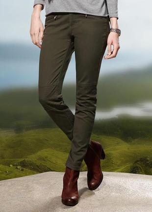 Каттоновые зауженные джинсы цвета хаки tchibo, германия.