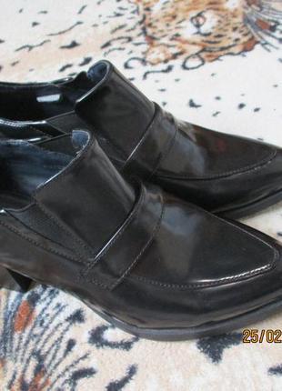 Стильные туфли-ботинки на широком каблуке/острый носок/лоферы  39-40 рр