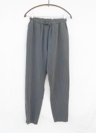 Серые брюки в полоску в спортивном стиле на резинке