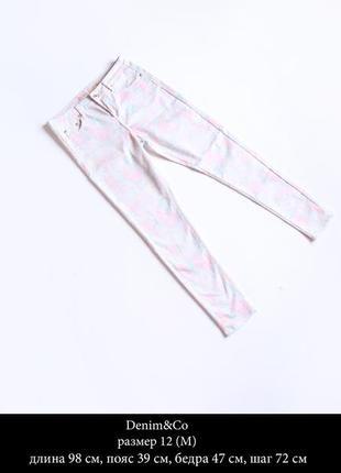 Стильные бело-розовые джинсы