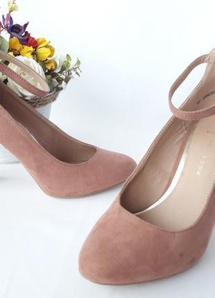 Красивые нарядные  туфельки с ремешком