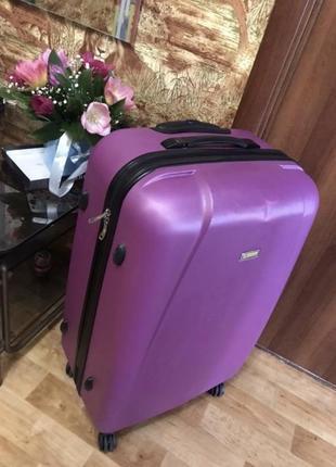 Крутой и яркий чемодан для путешествий