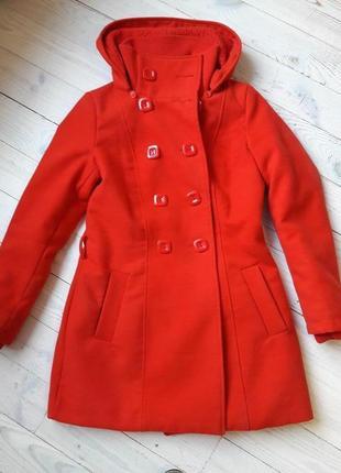 Красное утепленное пальто