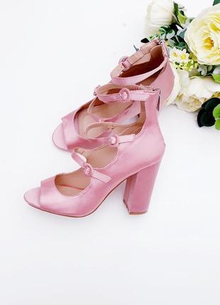 Нежные и красивые туфли с ремешками на толстом каблуке трендовые туфли с открытым носком
