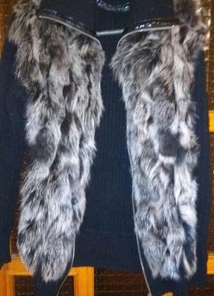 Черно-серая меховая жилетка с вязанными рукавами из кусочков чернобурки.
