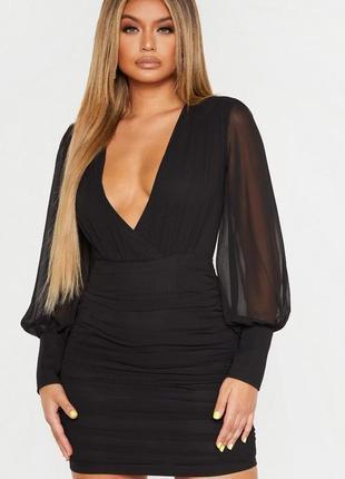 Очень красивое шифоновое  чёрное платье с глубоким декольте и длинными рукавами