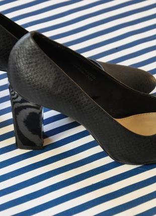 Красивые черные туфли кожзам острый нос под рептилию рептилия высокий удобный каблук