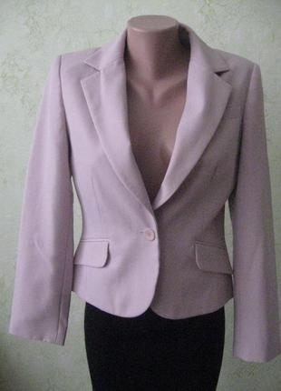 Пиджак пудрового цвета.