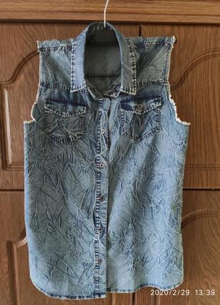 Трендовая джинсовая рубашка без рукавов