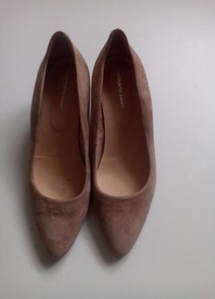 Туфлі бежеввого кольору замшеві.