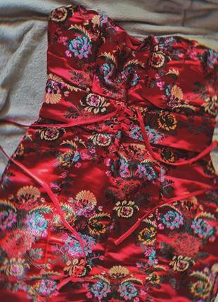 Платье в азиатском стиле с вышивкой от бренда missquided