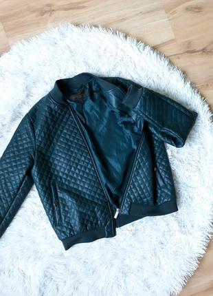 Изумрудная куртка-бомбер.