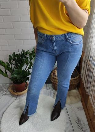 Трендовые джинсы mango с разрезами и необработаным краем